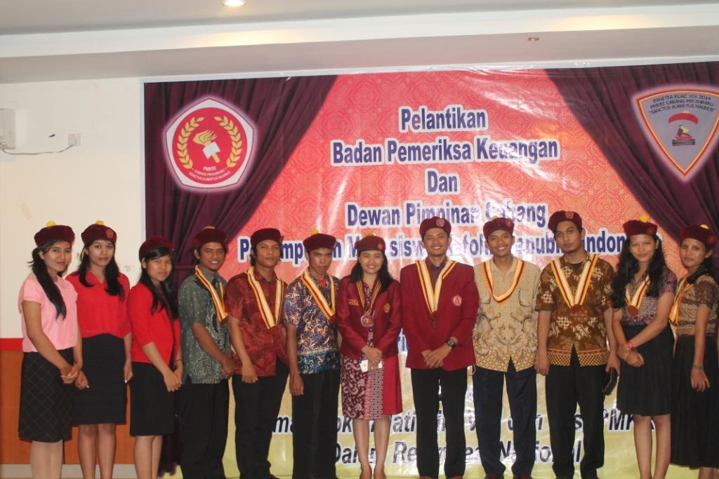 Jajaran DPC PMKRI Cabang Pekanbaru foto bersama dengan Ketua Presidium PP PMKRI Lidya Natalia Sartono