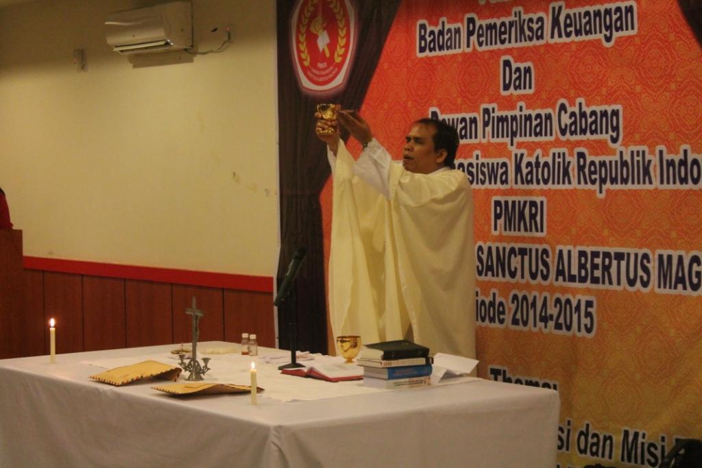Pastor Moderator Benny Benedictus Manullang Pr saat memimpin Ekaristi Kudus
